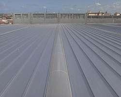 Instalação de telha zipada loja